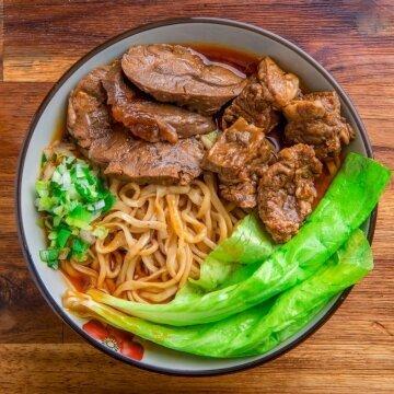 A曹媽媽川味紅燒牛肉麵(牛腩+半筋半肉)